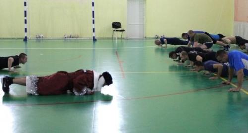 Победила дружба! Карталинские полицейские сыграли в мини-футбол с Дедом Морозом.