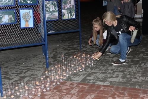 Вспомнили погибших героев и безвинных жертв террора. В Карталах зажгли «Свечу памяти»