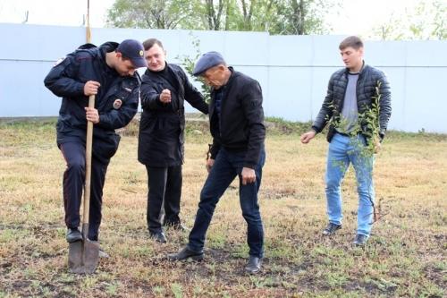 «Саду цвесть!» Карталинские стражи правопорядка присоединились к Всероссийской акции «Лес Победы»