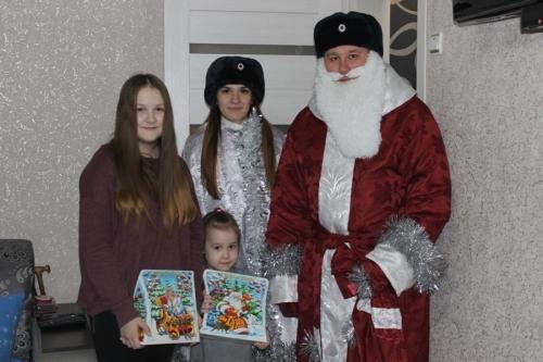 Дед Мороз с пользой провёл новогодние праздники в Карталах: патрулировал улицы и вручал сладкие подарки